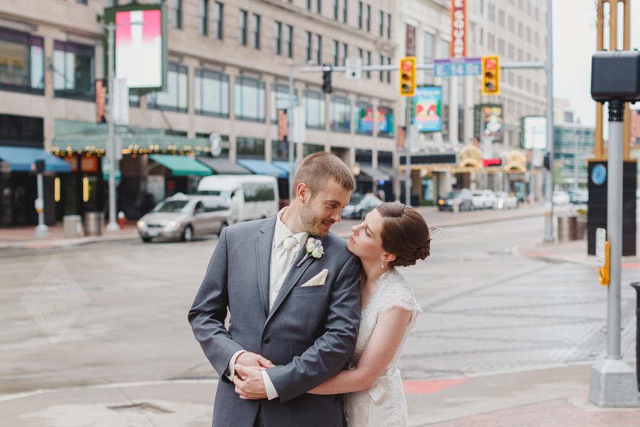 cleveland wedding photographer kirkbrides playhouse square chandelier-009