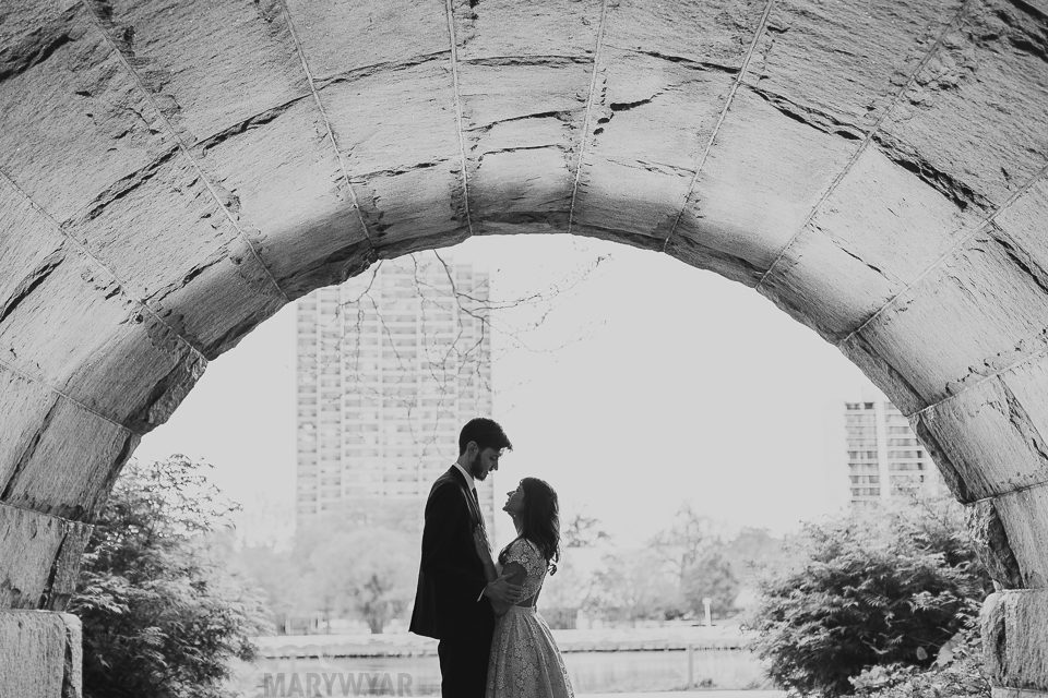Chicago-Lincoln-Park-Zoo-Pond-Pavilion-Engagement-Photos-09